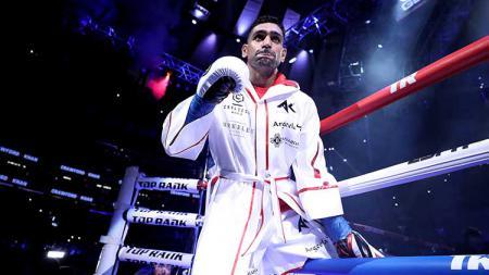 Pamer pukulan kilat, petinju Inggris Amir Khan memberikan kode keras untuk mengajak Oscar De La Hoya berduel di atas ring. - INDOSPORT