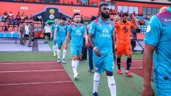Indosport - Yanto Basna saat akan memasuki lapangan bersama timnya Sukhothai FC.