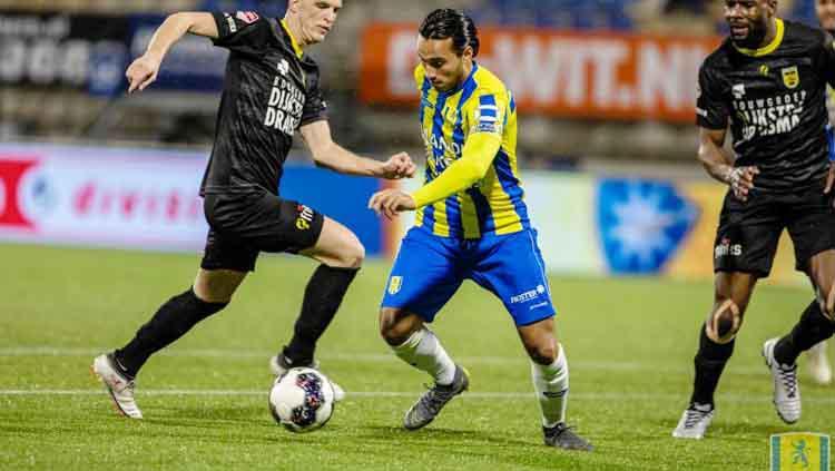 Ezra Walian berusaha keluar dengan membawa bola dari lawan. Copyright: rkcwaalwijk