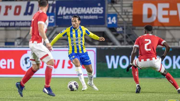 Ezra Walian berhasil keluar dari kejaran dua pemain lawan dengan membawa bola Copyright: Facebook/RKC Waalwijk
