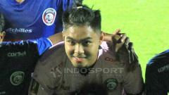 Indosport - Kiper Arema FC, Kurniawan Kartika Ajie melayangkan klarifikasi dalam berita soal evaluasi diri atas sejumlah blunder.