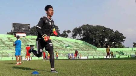 Kiper Arema FC, Kurniawan Kartika Ajie, ketika menjalani latihan menjelang laga Liga 1 2019. Foto: Ian Setiawan/INDOSPORT - INDOSPORT