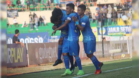 Bek PSIM Yogyakarta, Risman Maidullah (dua dari kanan) saat merayakan gol kemenangan timnya di Liga 2 musim lalu. - INDOSPORT
