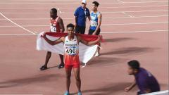 Indosport - Sprinter Indonesia, Lalu Muhammad Zohri mengibarkan bendera Indonesia usai meraih perak di Kejuaraan Asia 2019 yang digelar di Qatar.