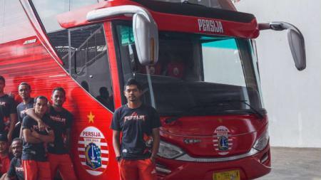 Bambang Pamungkas dan pemain Persija berfoto di depan bus baru. - INDOSPORT