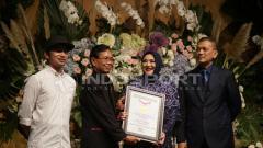 Indosport - MURI memberikan sertiffikat untuk pasangan yang berencana menikah di venue baseball GBK.