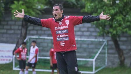 Gunawan Dwi Cahyo melakukan selebrasi dalam sesi latihan Bali United. - INDOSPORT