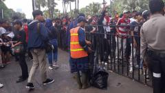 Indosport - Antrean Jakmania di pintu masuk stadion Gelora Bung Karno. Herry Ibrahim/INDOSPORT