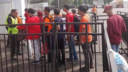 Antrean Jakmania di pintu masuk stadion Gelora Bung Karno. Herry Ibrahim/INDOSPORT