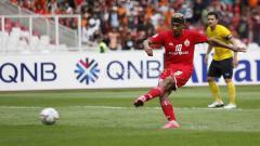 Indosport - Bruno Oliveira de Matos tengah mengeksekusi bola dari kotak putih penati penalti ke gawang Ceres Negros. Herry Ibrahim/INDOSPORT