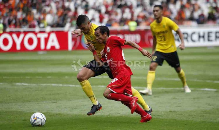 Riko Simanjuntak tengah duel dengan pemain Ceres Negros untuk mengamankan bola. Herry Ibrahim/INDOSPORT Copyright: Herry Ibrahim/INDOSPORT