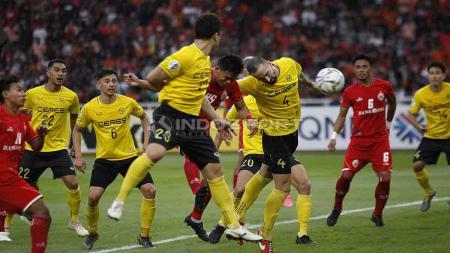 Situasi duel udara laga Persija Jakarta vs Ceres Negros pada laga keempat Piala AFC 2019 di Gelora Bung Karno. Herry Ibrahim/INDOSPORT - INDOSPORT
