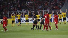 Indosport - Ekspresi wajah lesu para pemain Persija udai dipermalukan Ceres Negros di GBK. Herry Ibrahim/INDOSPORT