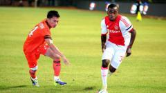 Indosport - Lesly de Sa (kanan) bertanding melawan Persija.