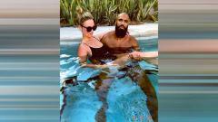 Indosport - Keakraban Comvalius dengan istrinya di kolam renang.
