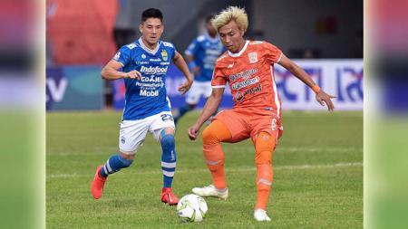 Pemain Persib, Kim Jeffrey Kurniawan saat mencoba mengejar pemain Borneo FC pada laga Borneo FC vs Persib Bandung. Foto: @persib - INDOSPORT