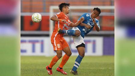 Pemain Persib, Febri Hariyadi (kiri) saat berduel dengan pemain Borneo. Foto: Instagram@borneofc.id - INDOSPORT