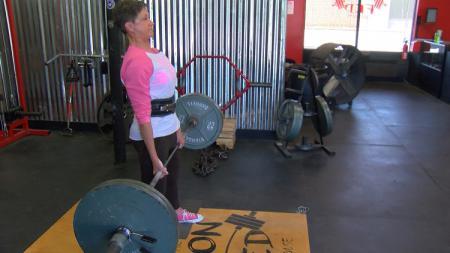 Sharie Mobley, dinobatkan sebagai nenek terkuat di dunia usai berhasil mengangkat beban seberat 152 kg - INDOSPORT