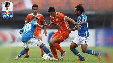 Pemain Borneo FC saat saat berduel dengan pemain Persib Bandung. Foto: Instagram@borneofc.id - INDOSPORT
