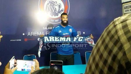 Sylvano Comvalius secara resmi diperkenalkan sebagai striker Arema FC, sekaligus melengkapi formasi pemain asing pasca dicoretnya Robert Lima Guimaraes alias Gladiator. Foto: Ian Setiawan/INDOSPORT - INDOSPORT