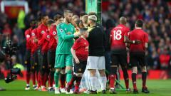 Indosport - Pemain MU dan City bersalaman sebelum laga