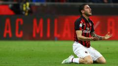 Indosport - Davide Calabria terjatuh dalam laga AC Milan vs Lazio, Kamis (25/04/19), Marco Luzzani/Getty Images.