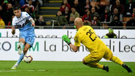 Kiper AC Milan, Pepe Reina (kanan), memberi kodenya kepada manajemen Juventus dengan menyebut Maurizio Sarri sebagai salah satu pelatih terbaik dunia. - INDOSPORT