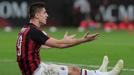 Krzysztof Piatek tidak berdaya ketika melihat AC Milan disingkirkan Lazio, Kamis (25/04/19), Emilio Andreoli/Getty Images. - INDOSPORT