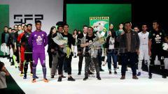 Indosport - Azrul Ananda bersama pemain Persebaya usai mengikuti Surabaya Fashion Parade 2019, Rabu (24/4/19).