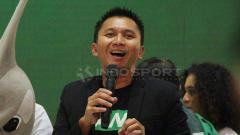 Indosport - Azrul Ananda ketika memperkenalkan jersey Persebaya terbaru di Tunjungan Plasa, Surabaya. Rabu (24/4/19).