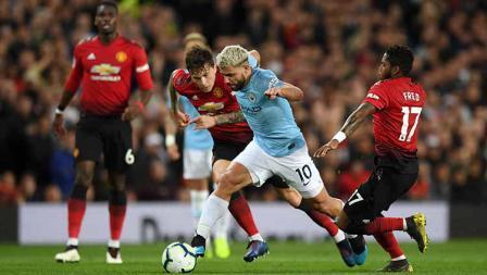 Sergio Aguero tengah duel dengan Victor Lindelof dan Fred pada laga Liga Primer Inggris di Old Trafford pada 24 April 2019. Shaun Botterill / Getty Images