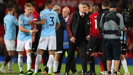 Kedua tim bersalaman setelah pertandingan selesai dan Man City unggul atas Man United dengan skor 2-0 di Liga Primer Inggris di Old Trafford pada 24 April 2019. Catherine Ivill/Getty Images