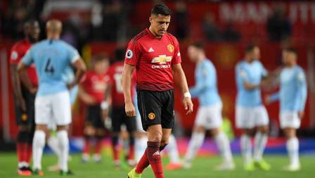 Alexis Sanchez tertunduk lesu usai ditaklukan Man City di Old Trafford pada 24 April 2019. Shaun Botterill/Getty Images