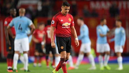 Alexis Sanchez tertunduk lesu usai ditaklukan Man City di Old Trafford pada 24 April 2019. Shaun Botterill/Getty Images - INDOSPORT