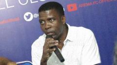 Indosport - Julius Kwateh, agen dari PT Tobelo Global Investama yang menaungi Sylvano Comvalius. Ian Setiawan/INDOSPORT