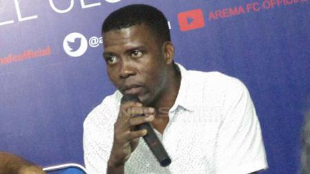 Julius Kwateh, agen dari PT Tobelo Global Investama yang menaungi Sylvano Comvalius. Ian Setiawan/INDOSPORT - INDOSPORT