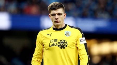 Dua klub asal London, Chelsea dan Tottenham, bersaing untuk mendapatkan tanda tangan kiper andalan Burnley, Nick Pope. - INDOSPORT