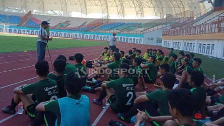 Pelatih Timnas Indonesia U-19, Fakhri Husaini memberikan arahan saat Latihan dan Proses Seleksi Timnas Indonesia U-19 di Stadion Wibawa Mukti, Cikarang (25-04-2019). Foto: Shintya Anya Maharani/INDOSPORT