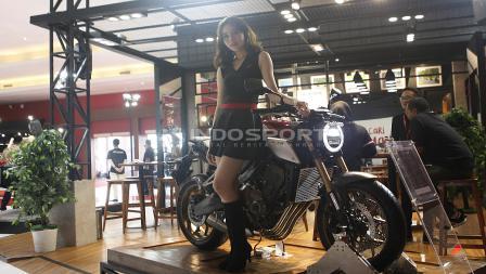 SPG cantik berpose di atas salah satu merk produsen motor pada Indonesia Internasional Motor Shor (IIMS) 2019 hari pertama di JIExpo Kemayoran, Jakarta, Kamis (25/04/19). Foto: Herry Ibrahim/INDOSPORT