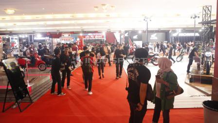 Suasana pengunjung di hari pertama pada Indonesia Internasional Motor Shor (IIMS) 2019 hari pertama di Jiexpo Kemayoran, Jakarta, Kamis (25/04/19). Foto: Herry Ibrahim/INDOSPORT