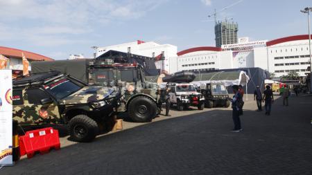 Pengunjung sedang memperhatikan mobil-mobil besar pada pada Indonesia Internasional Motor Shor (IIMS) 2019 hari pertama di Jiexpo Kemayoran, Jakarta, Kamis (25/04/19). Foto: Herry Ibrahim/INDOSPORT - INDOSPORT