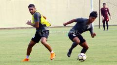 Indosport - Patrick Silva Mota mulai berlatih bersama PSIS Semarang di Stadion Gemilang, Kabupaten Magelang. Foto: Ronald Seger Prabowo/INDOSPORT