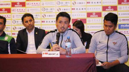 Pelatih Timnas Futsal Indonesia U-20, Kensuke Takahashi saat preskon jelang uji coba di Taiwan, Kamis (25/4/19). Foto: Ical/FFI - INDOSPORT