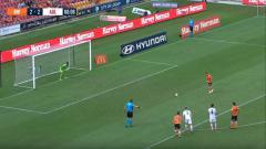Indosport - Penalti panenka pemain Brisbane Roar, Eric Bautheac, saat menghadapi Adeiade United, Kamis (25/04/19), di Stadion Suncorp.