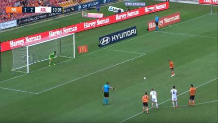 Penalti panenka pemain Brisbane Roar, Eric Bautheac, saat menghadapi Adeiade United, Kamis (25/04/19), di Stadion Suncorp. - INDOSPORT