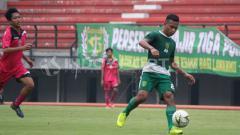 Indosport - Teks foto Osvaldo Haay membawa bola saat uji coba di Stadion GBT berlangsung, Kamis (25/4/19). Copyright Fitra Herdian/Indosport