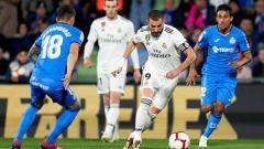 Indosport - Mauro Arambarri memperebut bola dari Karim Benzema pada laga LaLiga Spanyol di Coliseum Alfonso Perez 25/04/19. Quality Sport Images/Getty Images