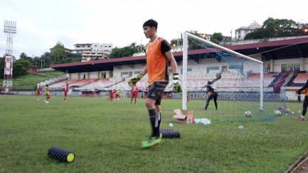 Eks Kiper Persidago Gorontalo, Mario Fabio Londok saat menjalani latihan bersama tim Persipura Jayapura, berapa waktu lalu. Sudjarwo/INDOSPORT - INDOSPORT