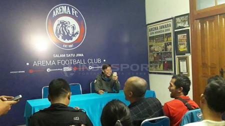 Hamka Hamzah turut meramaikan perkenalan Sylvano Comvalius dengan hadir pada sesi konferensi pers di Kantor Arema FC. Ian Setiawan/INDOSPORT - INDOSPORT