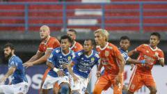 Indosport - Situasi pertandingan Persib Bandung vs Borneo FC